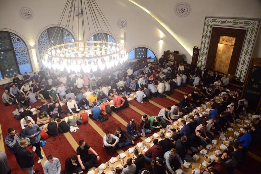 Na iftaru 550 omladinaca