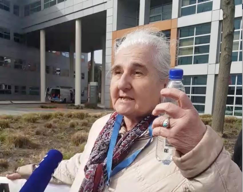 Hag: Žele odstraniti transparente žrtava ispred suda