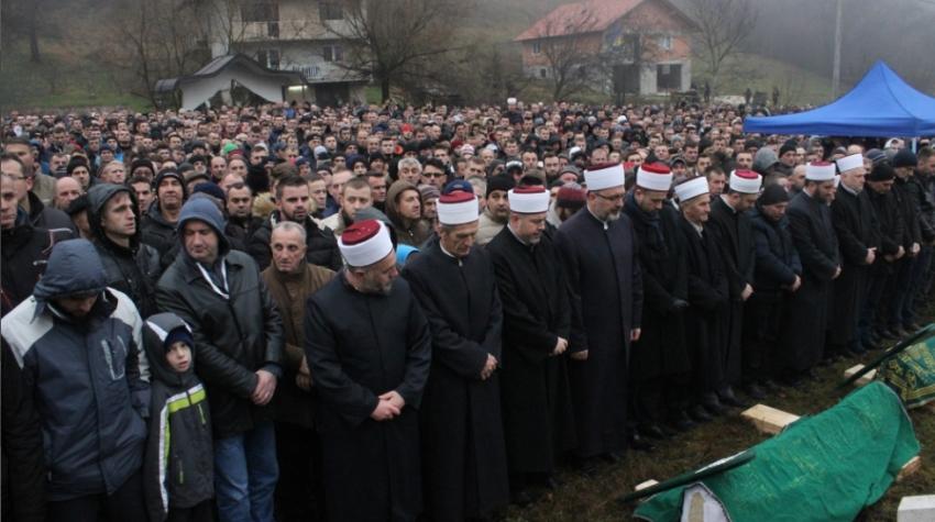U džematu Kasapovići, Medžlis IZ Novi Travnik, hiljade vjernika klanjali dženazu namaz Azri i njenoj kćerci Almi