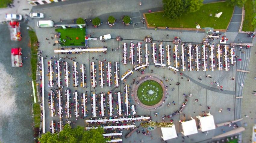 Tuzla: Veliki iftar na Trgu slobode
